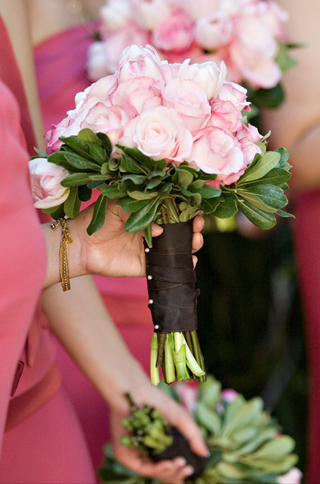 bridesmaid-carrying-single-flower-nosegay