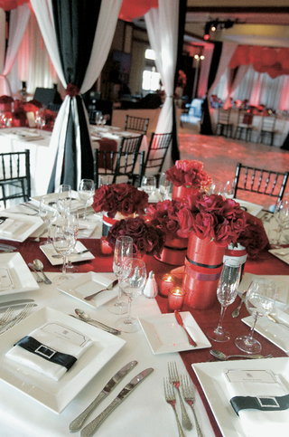 classic-wedding-reception-decorations-in-black-red-and-white