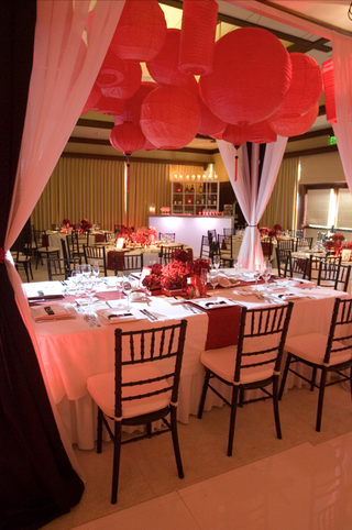 wedding-reception-table-under-red-paper-lanterns-in-ballroom