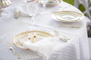 floral-napkin-ring-with-pearl-detail-at-wedding-place-setting