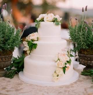 white-wedding-cake-with-fresh-white-roses