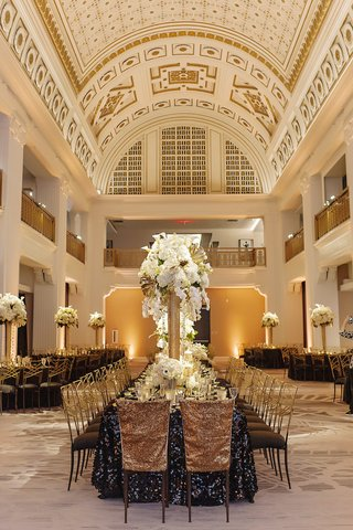 renaissance-hotel-cincinnati-wedding-with-tall-round-ceiling-and-golden-painted-details