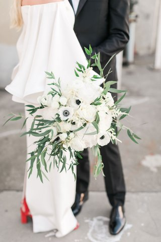 greenery-overflowing-from-ivory-bridal-bouquet