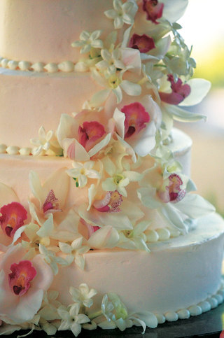 light-pink-cake-with-fresh-flower-decoration