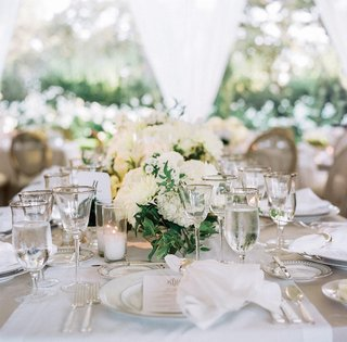 white-table-runner-with-green-and-white-flower-centerpieces