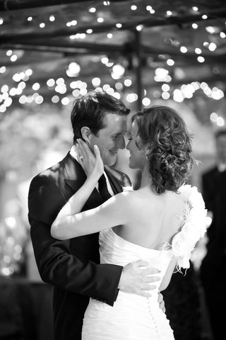black-and-white-photo-of-first-dance