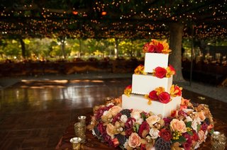 fall-inspired-cake-decorated-with-flowers
