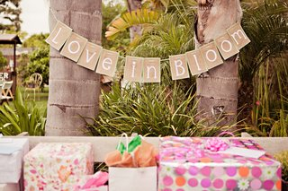 bridal-shower-burlap-sign-over-gifts
