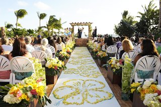 aisle-runner-with-yellow-petals-in-hibiscus-design