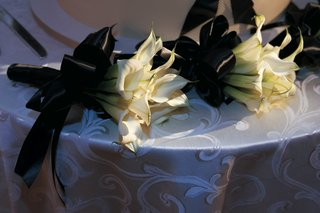 white-calla-lilies-tied-with-black-ribbon-for-bridesmaids
