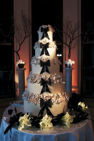 black-bow-and-sugar-flowers-on-tall-wedding-cake