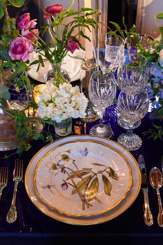 wedding-reception-place-setting-high-gloss-navy-table-flatware-gold-china-plate-flower-design
