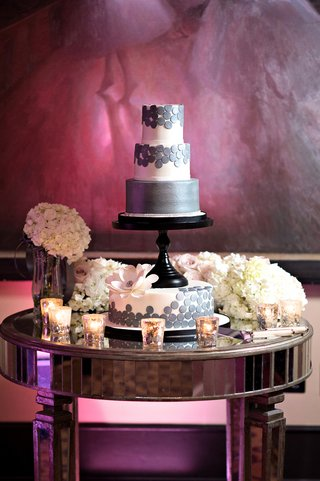 round-modern-wedding-cake-with-circle-design