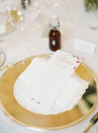 wedding-place-setting-gold-charger-plate-flower-print-menu-card-sloe-gin-on-tables-wedding-favors