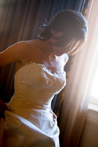 bride-getting-ready-for-her-wedding-at-the-millennium-biltmore-hotel-los-angeles-ca
