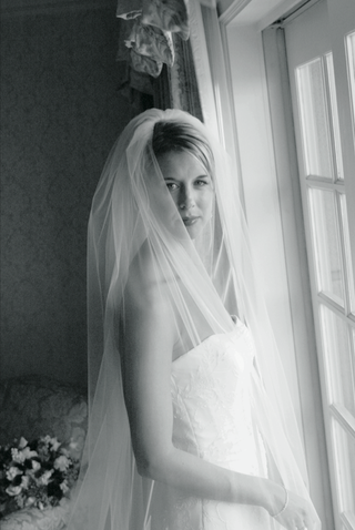 black-and-white-image-of-bride-in-bridal-suite