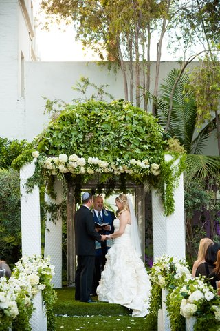 domed-chuppah-with-tufted-white-columns-and-mirrored-backing