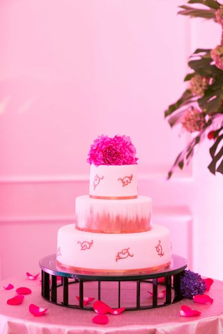 white-fondant-wedding-cake-with-gold-paintbrush-stroke-details-and-fresh-flower-cake-topper-in-pink
