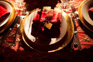 gold-charger-plate-topped-with-tassels-and-notes
