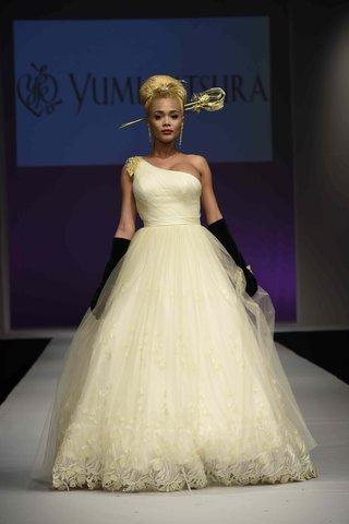 yumi-katsura-fall-2016-one-shoulder-wedding-dress-with-asymmetrical-bodice-and-lace-on-hemline