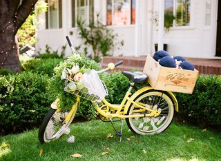 wedding-at-lombardi-house-in-la-yellow-beach-cruiser-bike-with-ceremony-program-in-basket-yarmulkes