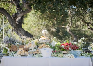 strawberry-shortcake-pastry-station-decorated-with-white-wildflowers-baskets-fresh-food