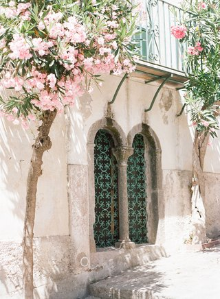 wedding-venue-destination-wedding-ravello-italy-amalfi-coast-pink-flowers-green-door