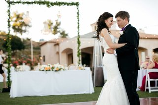 bride-and-groom-first-dance-outdoors-first-dance