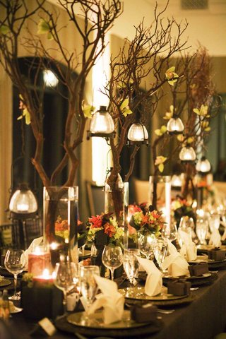 tree-branch-centerpiece-on-long-wedding-table