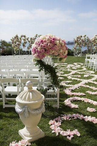 stone-urn-sculpture-and-pink-rose-arrangement-at-aisle