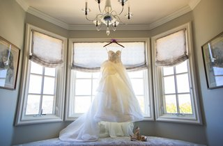 monique-lhuillier-strapless-wedding-dress-in-window-of-bridal-suite