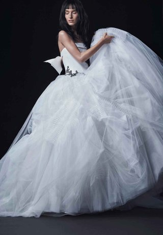 vera-wang-bride-fall-2016-strapless-ball-gown-with-bow-and-black-accents