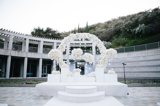 skirball-cultural-center-wedding-raise-altar-with-circle-of-florals