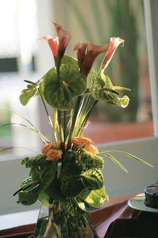 floral-centerpiece-with-calla-lily-blossoms