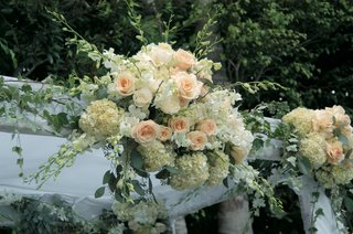 rose-and-hydrangea-altar-decoration