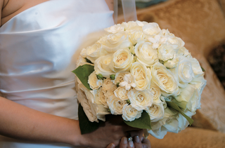 bride-holds-white-and-cream-flowers