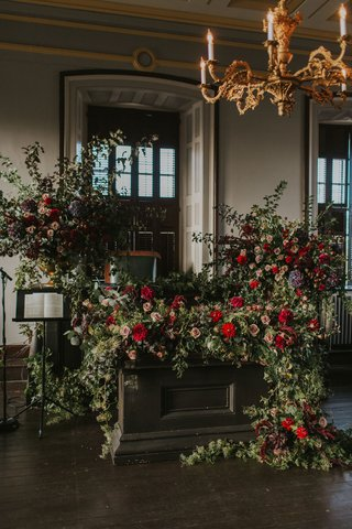 the-colony-house-newport-rhode-island-wedding-moody-flowers-judicial-chamber-gold-chandelier