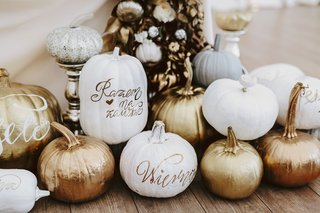 fall-wedding-ideas-pumpkin-decor-white-gold-rose-gold-copper-pumpkins-at-sweetheart-table