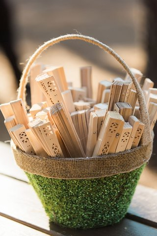 wedding-ceremony-wood-fans-outdoor-wedding-favors-chinese-fans-in-green-and-burlap-basket