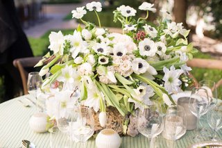 low-lush-green-and-white-anemone-floral-arrangement-blush-flowers-green-table-linen-outdoor-wedding