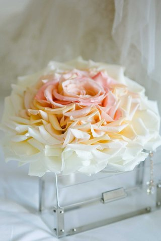 white-pink-peach-orange-rose-petal-bouquet-composite-bouquet-glamelia-style