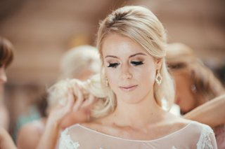 bride-with-blonde-hair-and-natural-makeup