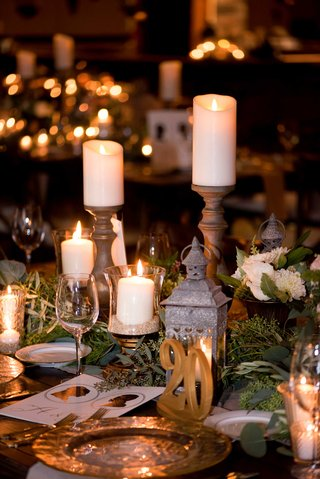 centerpieces-with-lanterns-in-candles-candles-on-stands-gold-table-number