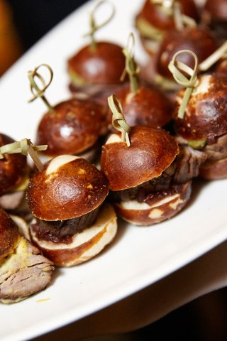 sliders-served-at-wedding-cocktail-hour
