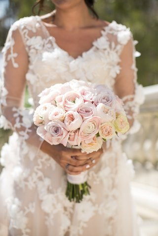 wedding-bouquet-with-varieties-of-light-pink-roses-and-garden-roses-flower-applique-marchesa-dress