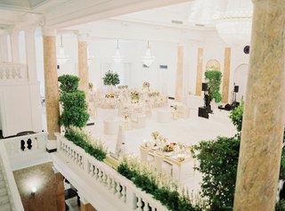 wedding-reception-white-ballroom-greenery-romantic-modern-decor-mariana-paola-vicente-kike-hernandez