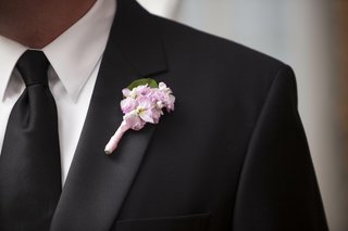 groomsman-boutonniere-of-small-light-pink-flowers