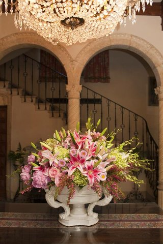 wedding-reception-with-a-porcelain-urn-full-green-and-pink-flowers