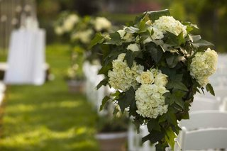 outdoor-wedding-ceremony-with-an-arrangement-of-white-flowers-and-ivy