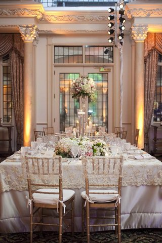 wedding-reception-table-with-white-and-pink-flowers-surrounding-a-vase-with-a-floating-candle